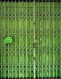 Porte métallique de pliage escamotable fermé photos libres de droits