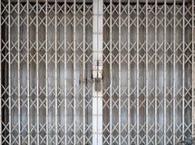 Porte métallique de pliage escamotable fermé photos stock