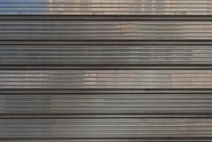 Porte m?tallique grise de garage pour des milieux, poli photographie stock libre de droits