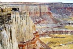 Porte-malheur rayés blancs renversants de grès en canyon de mine de charbon près de ville de tuba, Arizona Images stock