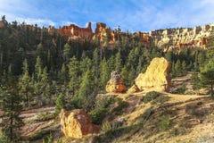 Porte-malheur rouges sur la traînée de royaume des fées en Bryce Canyon Photographie stock