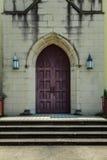 Porte marron sur l'église jaune Photographie stock libre de droits