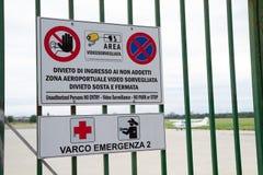 Porte menaçante de signe montée sur l'aéroport civil Photos libres de droits