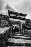 Porte menant au château de Katsuren photographie stock libre de droits