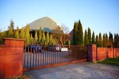 Porte moderne d'entrée d'église image libre de droits