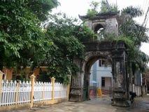 Porte moussue antique de village cachée dans la nuance des arbres verts images libres de droits
