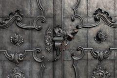 Porte noire de fer avec la décoration Images stock