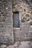 Porte noire de fer avec la poignée dans le mur en pierre antique Image libre de droits