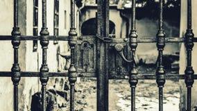 Porte noire et blanche en métal images libres de droits
