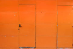 Porte orange de fer de mur Photographie stock