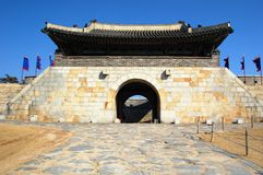 Porte orientale dans la forteresse Kor du sud de Hwaseong photos stock