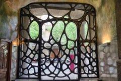 Porte ornementale sur le cas Mila - la maison a conçu par Antoni Gaudi dedans Photos libres de droits