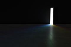 Porte ouverte à la chambre noire avec la lumière lumineuse d'arc-en-ciel brillant dedans Ba Images libres de droits