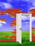 Porte ouverte au mur de briques Image libre de droits