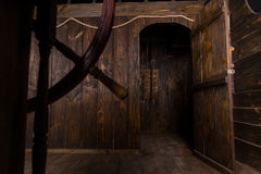 Porte ouverte aux quarts vivants du bateau en bois Image libre de droits