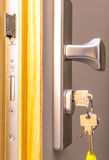 Porte ouverte avec des clés, Photographie stock libre de droits
