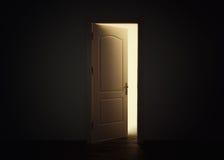 Porte ouverte avec la lumière dans la chambre noire, concept d'espoir Image stock