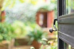 Porte ouverte avec le jardin Image stock