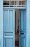 Porte ouverte bleue de vintage Images libres de droits