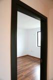 Porte ouverte dans la chambre vide Images libres de droits