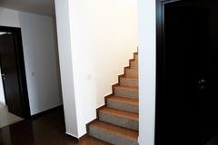 Porte ouverte dans une nouvelle maison Photographie stock libre de droits