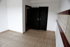 Porte ouverte dans une nouvelle maison Image stock