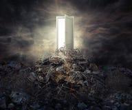Porte ouverte de concept de pollution sur la montagne des déchets Photographie stock