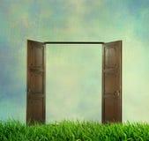 Porte ouverte sur l'herbe verte Images libres de droits