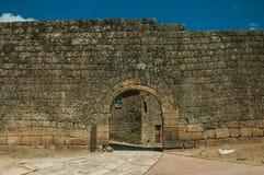 Porte ouverte sur un mur externe en pierre photos stock