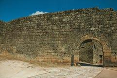 Porte ouverte sur un mur externe en pierre images libres de droits