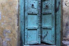 Porte peinte dans la ville antique de Varanasi Photographie stock