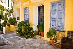 Porte, piante e finestre blu ornamentali, Samos, Grecia Fotografia Stock
