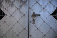 Porte plaquée en métal d'un château médiéval avec la serrure images libres de droits