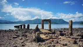 Porte rocheuse par l'océan photo libre de droits