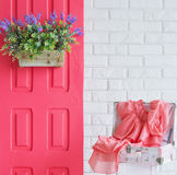 Porte rose avec des fleurs et une robe Photo stock