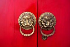 Porte rosse cinesi del portone in Yuantong, Kunming Fotografia Stock