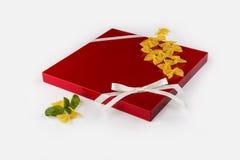 Porte rosse moderne della cucina sulla tavola bianca Immagini Stock