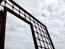 Porte rouge au ciel Photographie stock