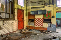 Porte rouge au puits abandonné photos libres de droits