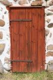 Porte rouge dans le mur en pierre de rocher Image stock
