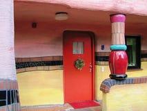 Porte rouge de la maison de Hundertwasser à Darmstadt, Allemagne photographie stock