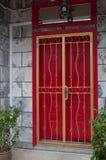 Porte rouge de temple de la Malaisie photos stock