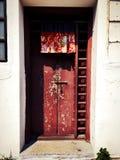 porte rouge en bois dans le vieux style chinois Photos libres de droits