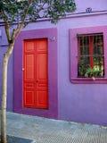 Porte rouge et mur pourpre Photographie stock