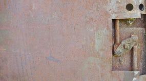 Porte rouillée avec le dispositif de verrouillage Images libres de droits