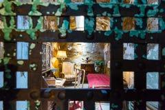 Porte rouillée de barre en métal et cellule de prison furnitured Photographie stock libre de droits