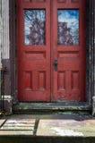 Porte rustique rouge photos stock