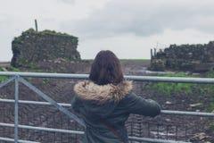 Porte se tenante prêt de femme dans la campagne Photo stock