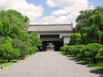 Porte secondaire de château de Nijo et jardin environnant Photographie stock libre de droits