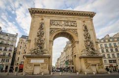 Porte St Denis en París que mira abajo de Rue Saint-Denis Imagenes de archivo
